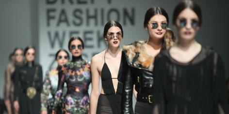 Selfie Mirror Fashion Show